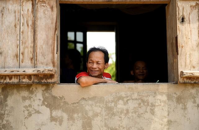 Sau 1 tuần mưa, người Hà Nội dùng thuyền tự chế, bơi trong dòng nước ngập ao bèo về nhà - Ảnh 31.