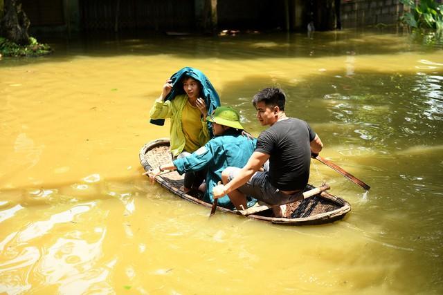 Sau 1 tuần mưa, người Hà Nội dùng thuyền tự chế, bơi trong dòng nước ngập ao bèo về nhà - Ảnh 5.