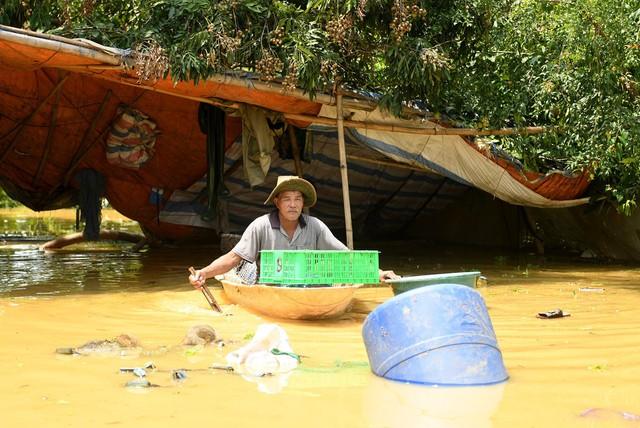 Sau 1 tuần mưa, người Hà Nội dùng thuyền tự chế, bơi trong dòng nước ngập ao bèo về nhà - Ảnh 33.