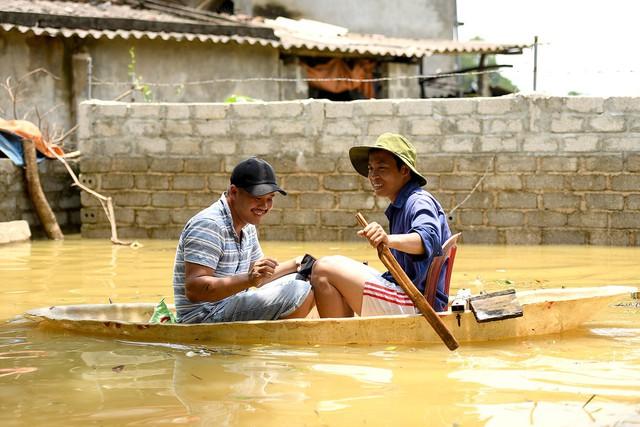 Sau 1 tuần mưa, người Hà Nội dùng thuyền tự chế, bơi trong dòng nước ngập ao bèo về nhà - Ảnh 8.