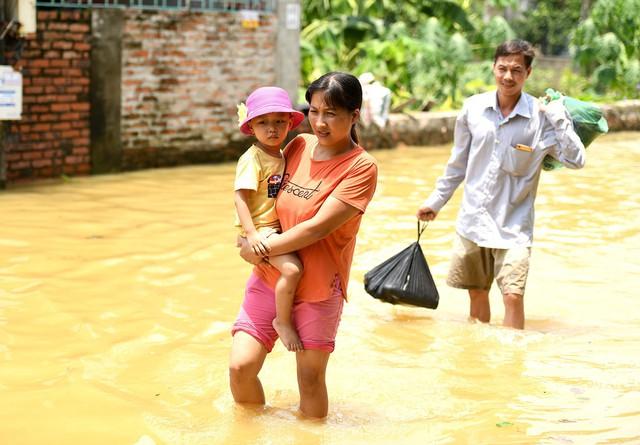 Sau 1 tuần mưa, người Hà Nội dùng thuyền tự chế, bơi trong dòng nước ngập ao bèo về nhà - Ảnh 11.