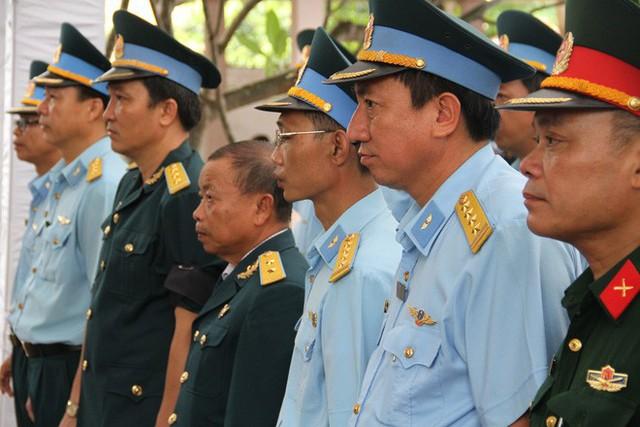 [CẬP NHẬT] Người thân, đồng đội đưa tiễn 2 phi công chiến đấu cơ Su-22 gặp nạn trên núi Làng Dừa - Ảnh 1.