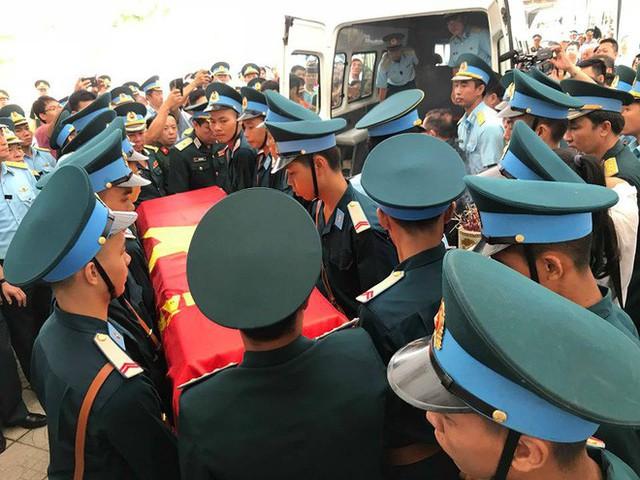 [CẬP NHẬT] Người thân, đồng đội đưa tiễn 2 phi công chiến đấu cơ Su-22 gặp nạn trên núi Làng Dừa - Ảnh 12.