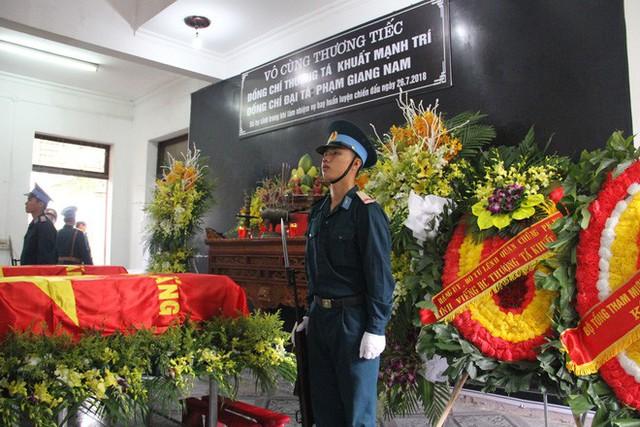 [CẬP NHẬT] Người thân, đồng đội đưa tiễn 2 phi công chiến đấu cơ Su-22 gặp nạn trên núi Làng Dừa - Ảnh 3.