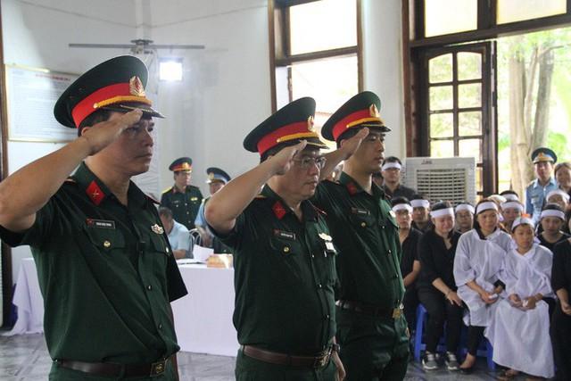 [CẬP NHẬT] Người thân, đồng đội đưa tiễn 2 phi công chiến đấu cơ Su-22 gặp nạn trên núi Làng Dừa - Ảnh 6.