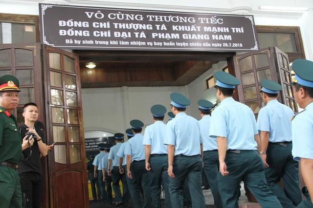 [CẬP NHẬT] Người thân, đồng đội đưa tiễn 2 phi công chiến đấu cơ Su-22 gặp nạn trên núi Làng Dừa - Ảnh 7.