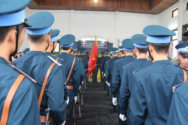 [CẬP NHẬT] Người thân, đồng đội đưa tiễn 2 phi công chiến đấu cơ Su-22 gặp nạn trên núi Làng Dừa - Ảnh 8.