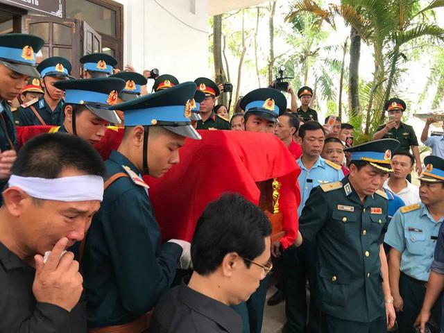 [CẬP NHẬT] Người thân, đồng đội đưa tiễn 2 phi công chiến đấu cơ Su-22 gặp nạn trên núi Làng Dừa - Ảnh 10.