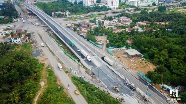 Toàn cảnh cây cầu 200 tỷ ở TP.HCM vừa đưa vào sử dụng đã bị sụt lún - Ảnh 3.