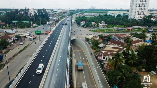 Toàn cảnh cây cầu 200 tỷ ở TP.HCM vừa đưa vào sử dụng đã bị sụt lún - Ảnh 4.