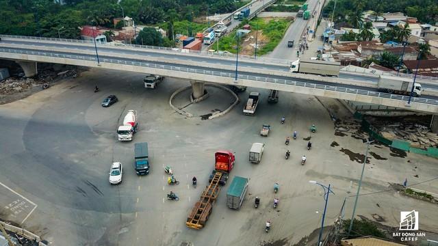 Toàn cảnh cây cầu 200 tỷ ở TP.HCM vừa đưa vào sử dụng đã bị sụt lún - Ảnh 6.