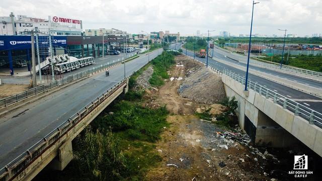 Toàn cảnh cây cầu 200 tỷ ở TP.HCM vừa đưa vào sử dụng đã bị sụt lún - Ảnh 11.