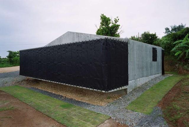 Hệ thống lưới chắn gió bảo vệ ngôi nhà khi mưa xuống.