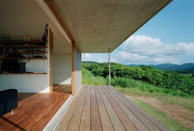 Phần mái rộng và dài bảo vệ ngôi nhà khỏi nắng.