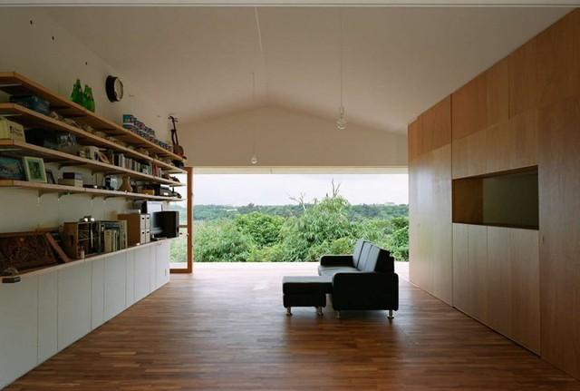 Vào những hôm trời mát, kéo cửa kính ra, ngôi nhà giống như một ốc đảo hút gió nên ngồi trong nhà không lúc nào các thành viên phải sử dụng đến máy điều hòa.