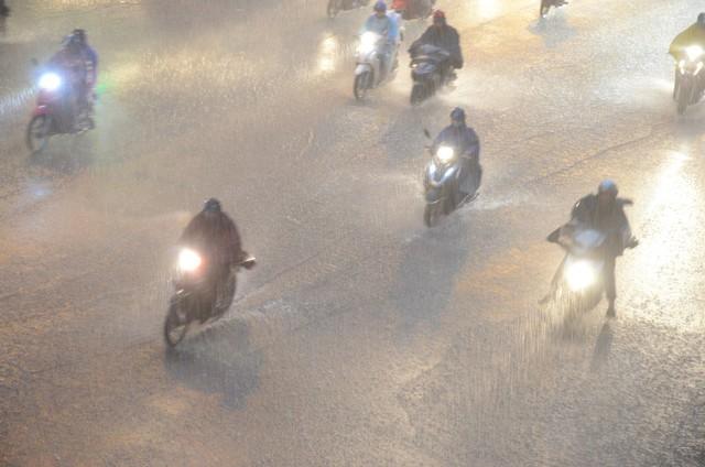 Đang ngập hàng loạt tuyến phố ở Hà Nội, giao thông tắc nghẽn kinh hoàng suốt nhiều giờ - Ảnh 1.