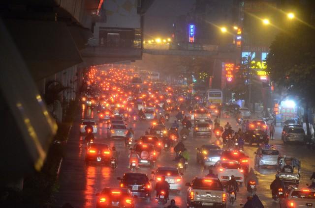 Đang ngập hàng loạt tuyến phố ở Hà Nội, giao thông tắc nghẽn kinh hoàng suốt nhiều giờ - Ảnh 2.