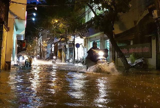 Mưa lớn trút xuống giờ tan tầm, Hà Nội phố cũng như sông - Ảnh 1.