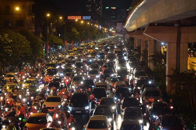 Đang ngập hàng loạt tuyến phố ở Hà Nội, giao thông tắc nghẽn kinh hoàng suốt nhiều giờ - Ảnh 11.