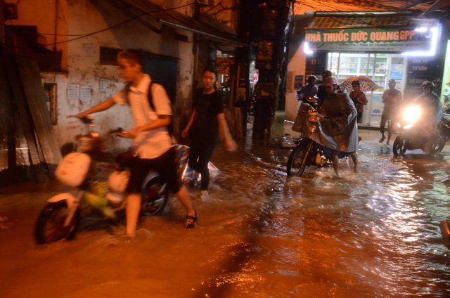 Đang ngập hàng loạt tuyến phố ở Hà Nội, giao thông tắc nghẽn kinh hoàng suốt nhiều giờ - Ảnh 12.