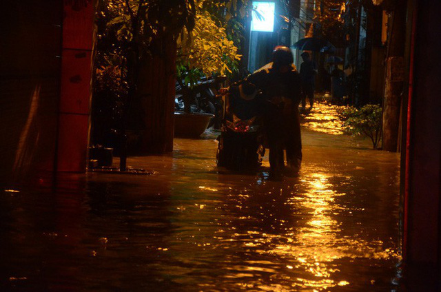 Đang ngập hàng loạt tuyến phố ở Hà Nội, giao thông tắc nghẽn kinh hoàng suốt nhiều giờ - Ảnh 15.