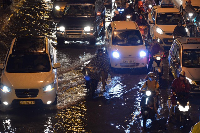 Đang ngập hàng loạt tuyến phố ở Hà Nội, giao thông tắc nghẽn kinh hoàng suốt nhiều giờ - Ảnh 16.