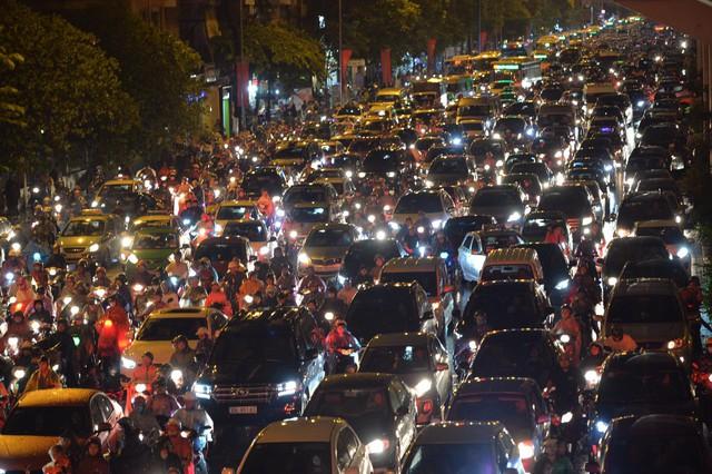 Đang ngập hàng loạt tuyến phố ở Hà Nội, giao thông tắc nghẽn kinh hoàng suốt nhiều giờ - Ảnh 17.