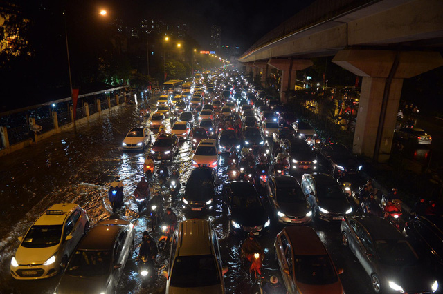 Đang ngập hàng loạt tuyến phố ở Hà Nội, giao thông tắc nghẽn kinh hoàng suốt nhiều giờ - Ảnh 18.
