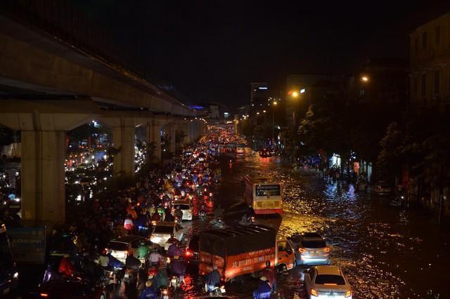 Đang ngập hàng loạt tuyến phố ở Hà Nội, giao thông tắc nghẽn kinh hoàng suốt nhiều giờ - Ảnh 19.