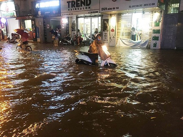Mưa lớn trút xuống giờ tan tầm, Hà Nội phố cũng như sông - Ảnh 3.
