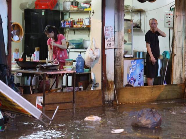 Đang ngập hàng loạt tuyến phố ở Hà Nội, giao thông tắc nghẽn kinh hoàng suốt nhiều giờ - Ảnh 22.