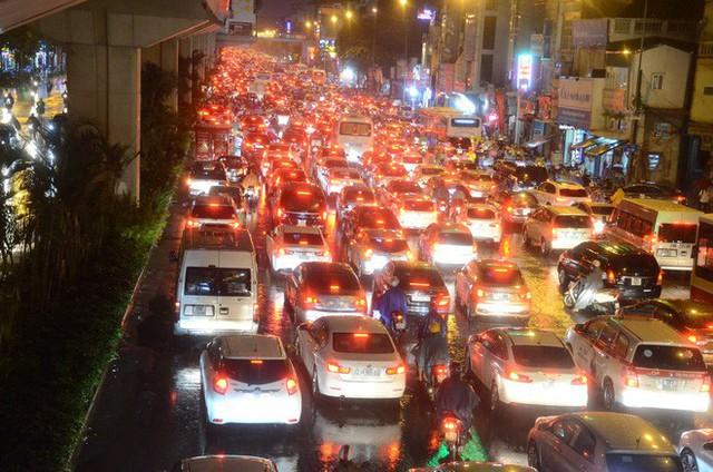 Đang ngập hàng loạt tuyến phố ở Hà Nội, giao thông tắc nghẽn kinh hoàng suốt nhiều giờ - Ảnh 4.