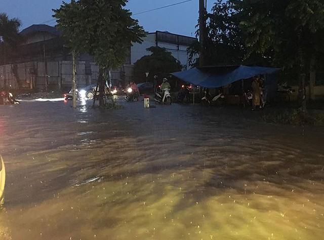 Mưa lớn trút xuống giờ tan tầm, Hà Nội phố cũng như sông - Ảnh 4.