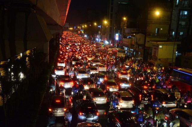 Đang ngập hàng loạt tuyến phố ở Hà Nội, giao thông tắc nghẽn kinh hoàng suốt nhiều giờ - Ảnh 5.