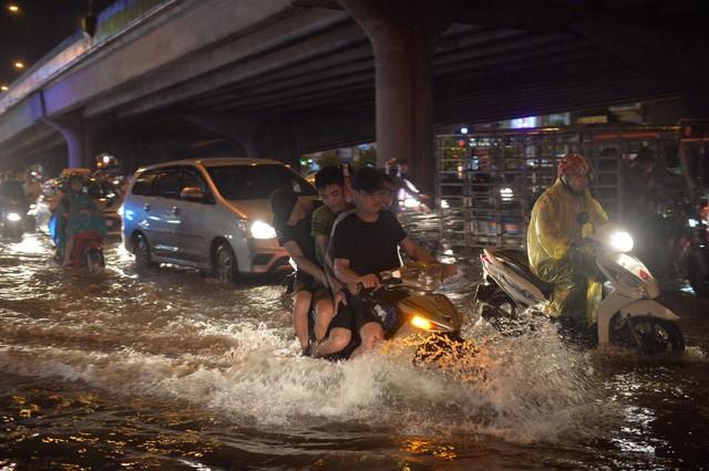 Đang ngập hàng loạt tuyến phố ở Hà Nội, giao thông tắc nghẽn kinh hoàng suốt nhiều giờ - Ảnh 6.