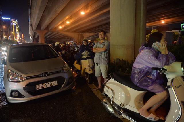 Đang ngập hàng loạt tuyến phố ở Hà Nội, giao thông tắc nghẽn kinh hoàng suốt nhiều giờ - Ảnh 7.