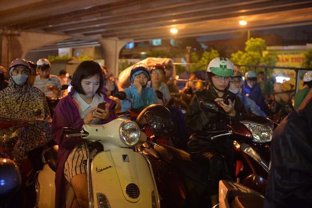 Đang ngập hàng loạt tuyến phố ở Hà Nội, giao thông tắc nghẽn kinh hoàng suốt nhiều giờ - Ảnh 8.