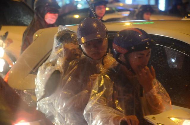 Đang ngập hàng loạt tuyến phố ở Hà Nội, giao thông tắc nghẽn kinh hoàng suốt nhiều giờ - Ảnh 10.