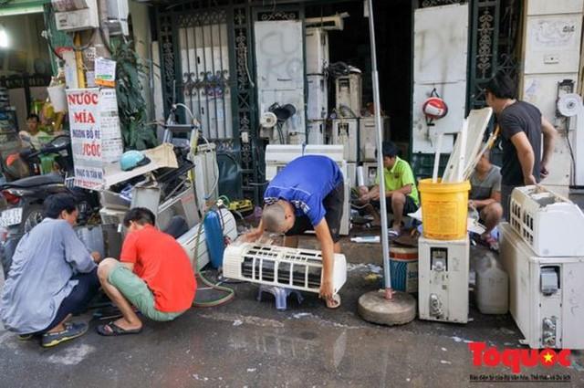 Thợ sửa điều hòa kiếm tới 6 triệu đồng mỗi ngày nắng nóng - Ảnh 1.
