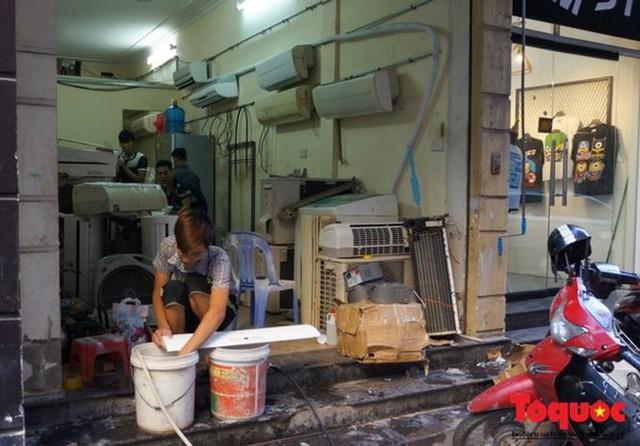 Thợ sửa điều hòa kiếm tới 6 triệu đồng mỗi ngày nắng nóng - Ảnh 2.