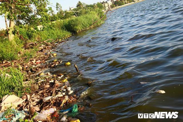 Hồ Tây ngập ngụa rác thải và cá chết, dân Thủ đô vẫn nô nức rủ nhau bơi lội - Ảnh 6.