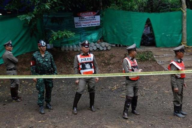 Ba cầu thủ nhí đầu tiên đã ra khỏi hang Tham Luang - Ảnh 1.