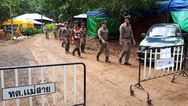 Hàng trăm phóng viên quốc tế chờ điều thần kỳ từ hang Tham Luang - Ảnh 12.
