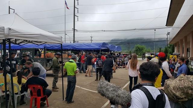 Hàng trăm phóng viên quốc tế chờ điều thần kỳ từ hang Tham Luang - Ảnh 3.
