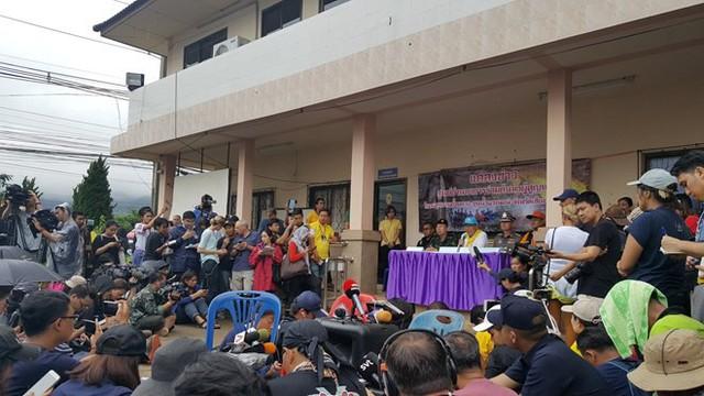 Hàng trăm phóng viên quốc tế chờ điều thần kỳ từ hang Tham Luang - Ảnh 4.