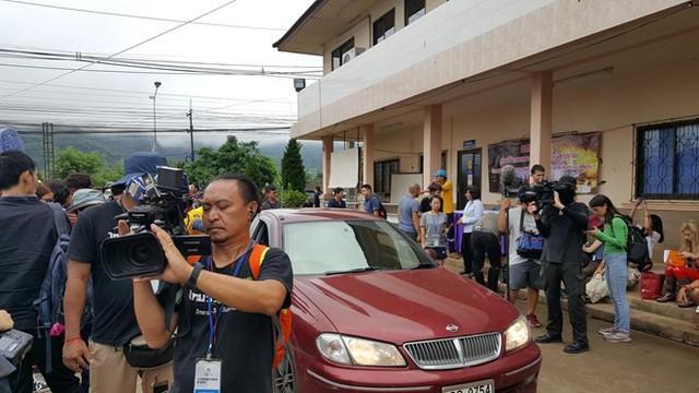 Hàng trăm phóng viên quốc tế chờ điều thần kỳ từ hang Tham Luang - Ảnh 5.