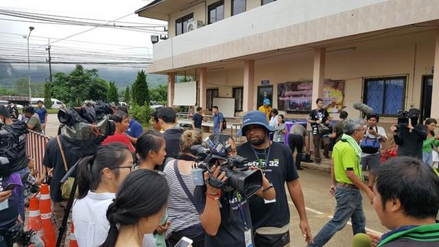 Hàng trăm phóng viên quốc tế chờ điều thần kỳ từ hang Tham Luang - Ảnh 6.