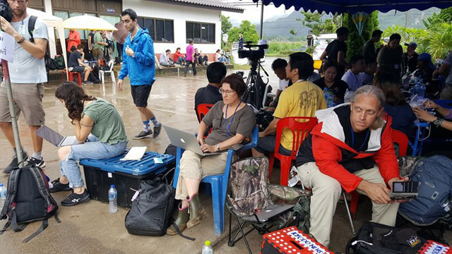 Hàng trăm phóng viên quốc tế chờ điều thần kỳ từ hang Tham Luang - Ảnh 7.