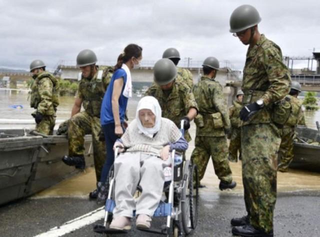 Những hình ảnh về trận mưa lũ lịch sử ở Nhật Bản - Ảnh 1.