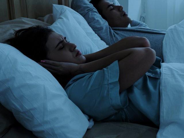 Chuyên gia khuyên bạn nên nằm nghiêng khi ngủ: Hạn chế ngáy, đem lại lợi ích bất ngờ cho người bị bệnh dạ dày - Ảnh 1.